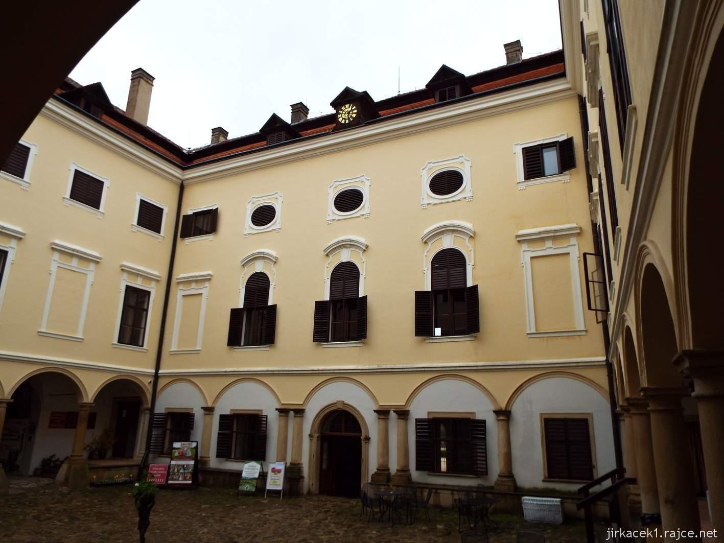 zámek Milotice 12 - nádvoří