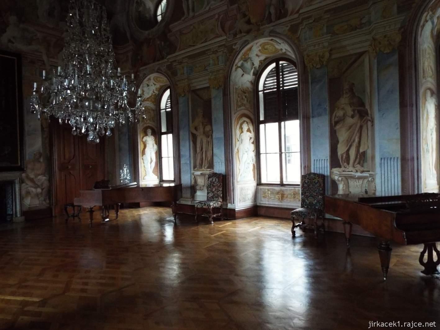 zámek Milotice 41 - interiéry - hlavní sál předků - klavír