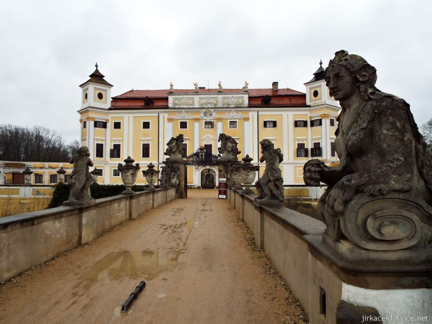 zámek Milotice 94 - kamenný most, vstupní brána a průčelí zámku