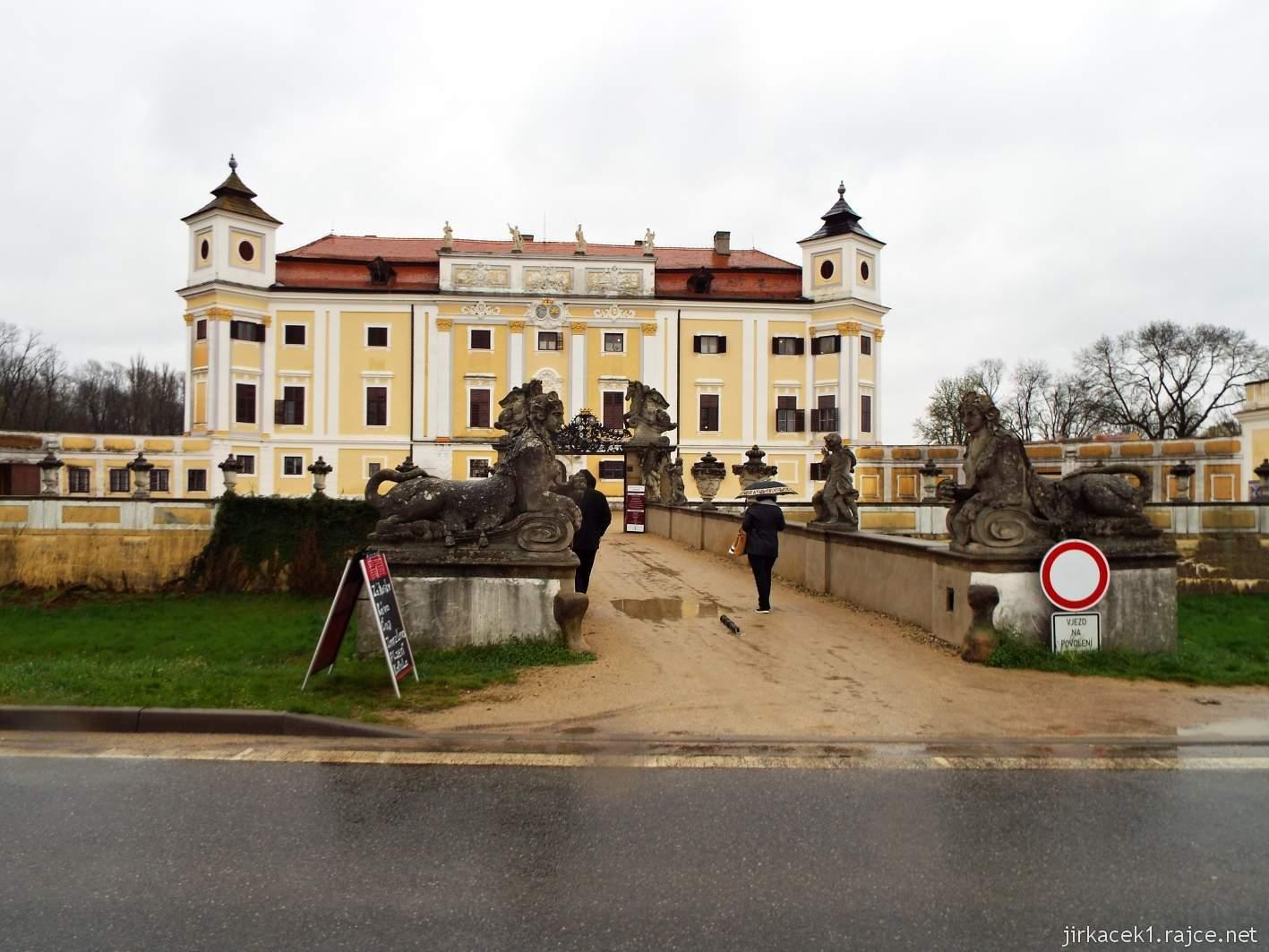 zámek Milotice 95 - pohled na zámek od parkoviště