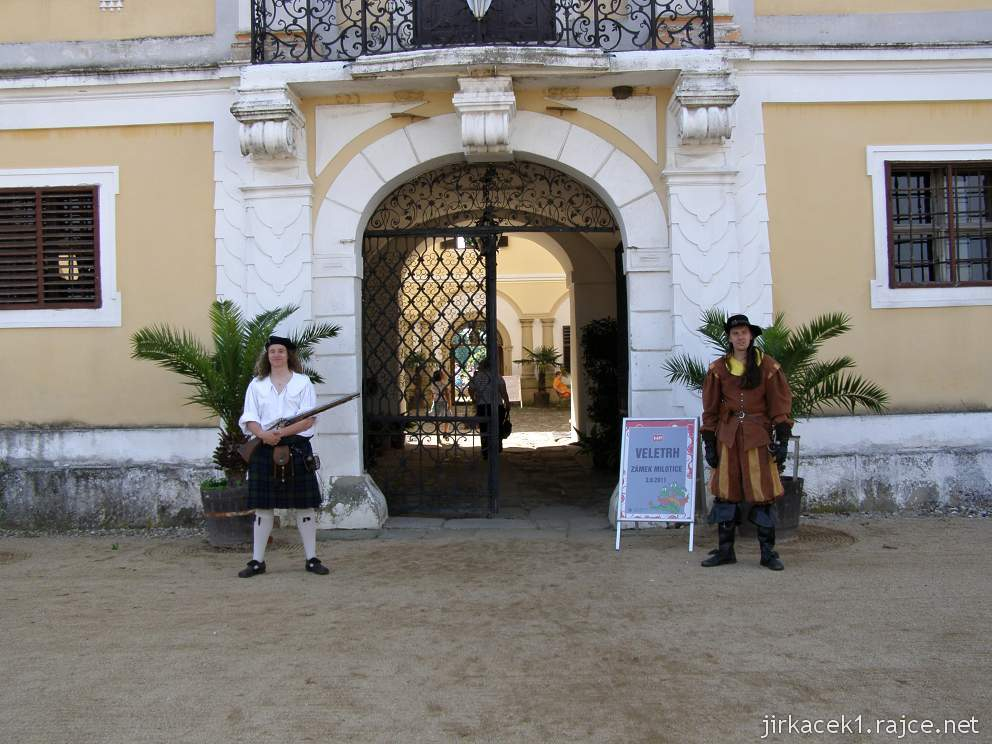 Milotice 10 - vojáci před vchodem do zámku