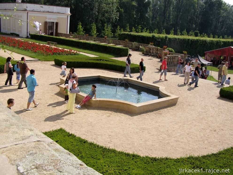 Milotice 23 - pohled od zámku do zahrad