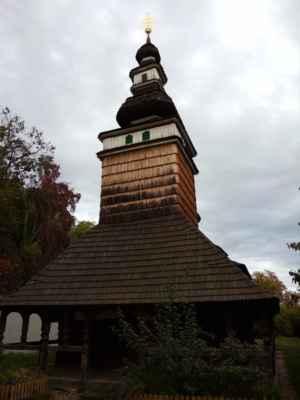 Na stráni Petřína, v zahradě Kinských, se nachází dřevěný pravoslavný kostelík svatého Michala, který sem byl dovezen až z Podkarpatské Rusi roku 1929. Stavba je celá ze dřeva a patří mezi nejkrásnější lidové stavby tohoto regionu.