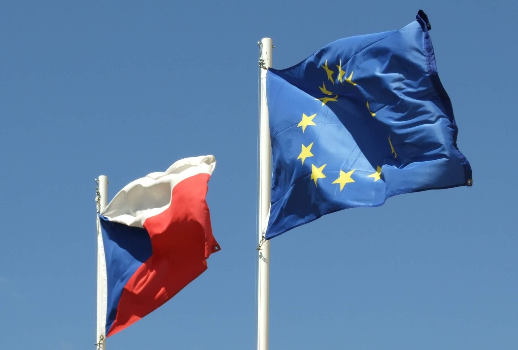Vlajka České republiky a Evropské unie. Zdroj: Wikipedia Commons