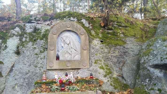 Skalná - Reliéf Panny Marie