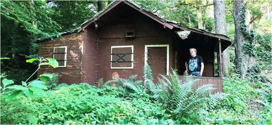 zkoumáme okolí a nacházíme chatu na 7západů... tak tu bych v případě nouze, otvírat nechtěl....