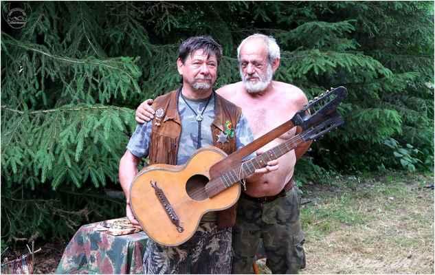 kamarád Žaba dostal památeční dvoukrkou kytaru...
