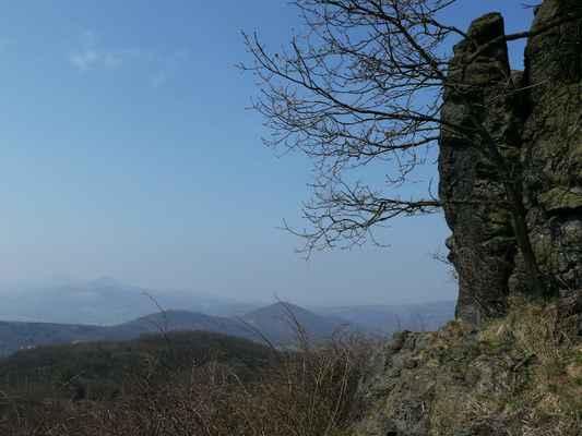 pohled z holého vrchu k milešovce s kletečnou...