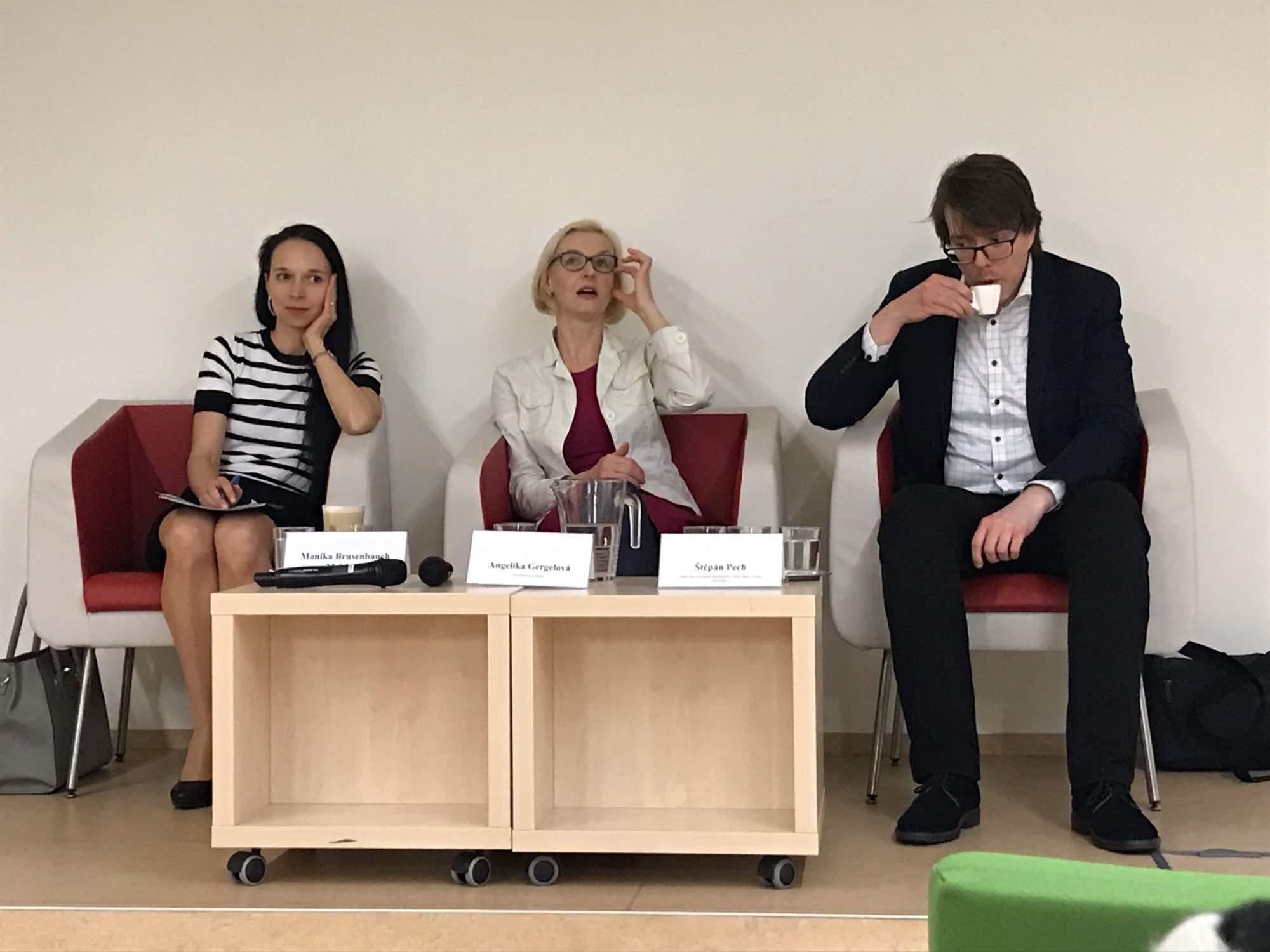 Řečníci na přednášce Brexit - velká neznámá. Vlevo Monika Brusenbauch Meislová, vpravo Štěpán Pech. Foto: Vendula Kocandová
