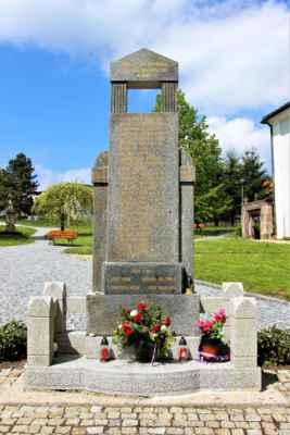 Pomník obětem světových válek. Autorem je sochař Hlaváček z Turnova
