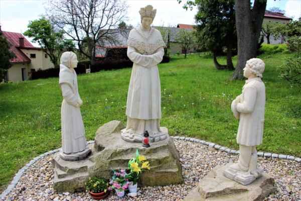 Sousoší u kostela Navštívení Panny Marie