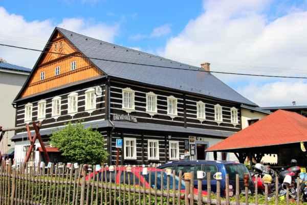 Dřevěnka - historická budova, která je od roku 2011, českou kulturní památkou. Záznamy k jejímu původu sahají až k roku 1752. V současnosti se Dřevěnce daří, provozuje restauraci s ubytováním.