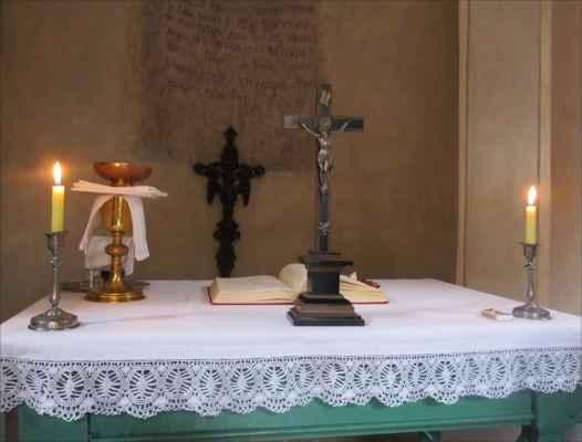 obětní stůl v kapličce