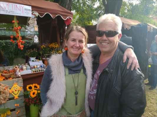 usměvavá květinářka paní M. Špačková s manželem