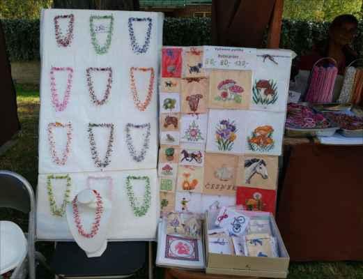v dalším stánku nabízejí jemné navlékané náhrdelníky, ručně vyšívané pytlíky a další krásnou bižutérii