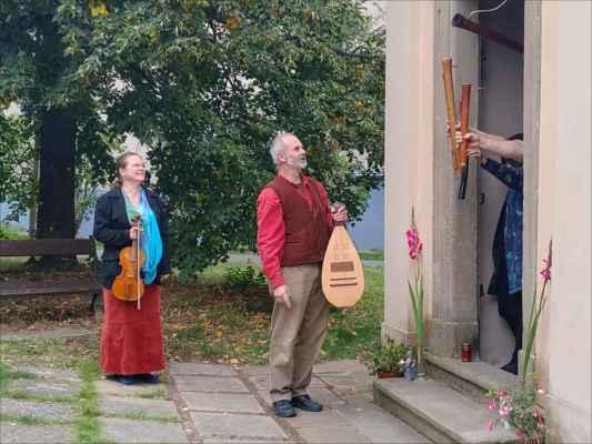 Svobodné hudební bratrstvo ukazuje své hudební nástroje- dulciány