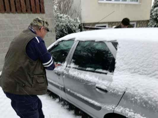 Hostěnice - Po výborném obědě u Stupárků nám téměř zapadalo auto :)