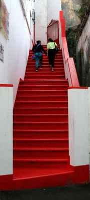"""...my máme """"červenou knihovnu"""", tady mají červené schody..."""