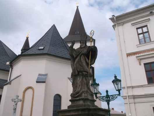 Roj, který se v máji rojí, za plnou fůru sena stojí. Včelí roj je shluk včelích dělnic, trubců a jedné královny, zpravidla o počtu 10-20.000 jedinců, který vyhledává nový domov. Tenhle roj našel dočasný úkryt pod knihou svatého Patrika. V celé České republice jsou údajně pouze dvě sochy irského biskupa svatého Patrika. Tohle je jedna z nich a nachází se v Karviné-Fryštátu. Druhá socha sv. Patrika je také v okrese Karviná, přesněji v Dolní Lutyni.