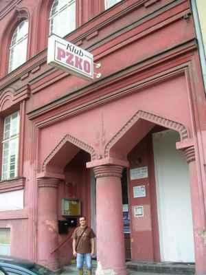 """Česko -Těšínská synagoga nebyla za německé okupace srovnána se zemí či vypálena zřejmě jen proto, že stála v bloku domů. Jedná se o jednu ze čtyř synagog v Moravskoslezském kraji (Nový Jičín, Krnov, 2X Č.-T.). Synagoga Schomre -Schabos (Strážci Šabatu) je bývalá synagoga vystavěná v eklekticko - mauretánském stylu. Roku 1928 navrhl plán synagogy architekt Eduard David na popud ortodoxního sdružení """"Schomre Schabos"""". Ještě téhož roku byla stavba dokončena. Stavbu provedli stavitelé Josef Nosska a Adolf Richter a prvním vlastníkem byl Moses Löbl May. Jednalo se o třípatrovou budovu s modlitebnou, galerií pro ženy a bytem správce. Kapacita modlitebny a galerie činila 152 mužů a zhruba 100 žen. Roku 1935 nechalo sdružení """"Taharas Jisroel"""" firmou Václava Nekvasila vystavět v budově synagogy rituální lázně. Na snímku vidíme vysoká maurská okna s bohatě profilovanými šambránami a římsami a v přízemí vstupní dveře v profilovaném portálu s oblouky ve tvaru oslího hřbetu."""