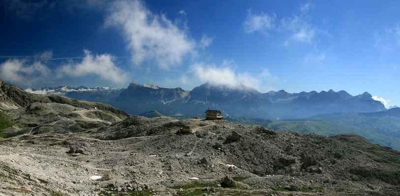 ...chata Franz Kostner (2500 m.n.m.) na jiží straně masivu Sella..
