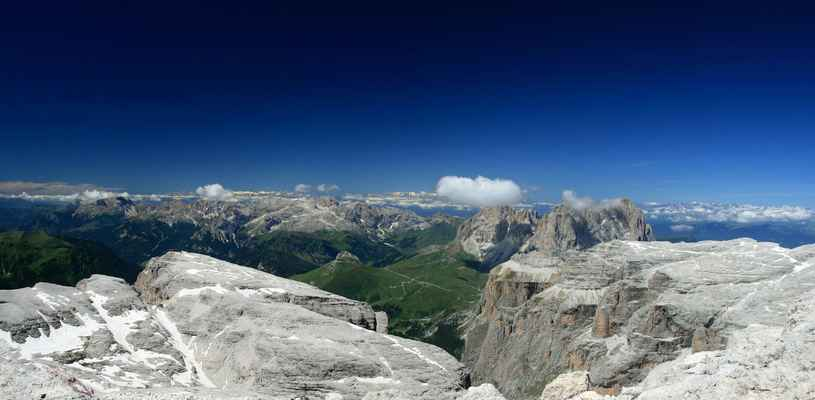 ...Dolomiti di Fassa, Rosengarten, Kesselkogel a vpravo Platkofel a Langkofel...