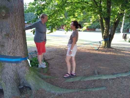 Jitka a Dáša trénují Slackline na několika zapomenutých fotkách z jedné z našich výprav.