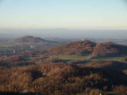 vlevo Žulová, za ní Kaní hora, vpravo Boží hora