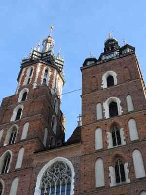 Krakov - Mariánský kostel, má 2 nejstejně vysoké věže, z té vyšší je každou hodinu slyšet troubení. - Trubač měl za úkol v případě ohrožení troubit. Jeho jeho znělka není nikdy dokončena. Prý je to proto, že tento trubač byl při nájezdů Tatarů zabit šípem.