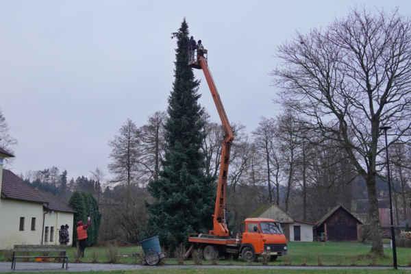 Vánoční strom - demontáž starého a instalace nového osvětlení