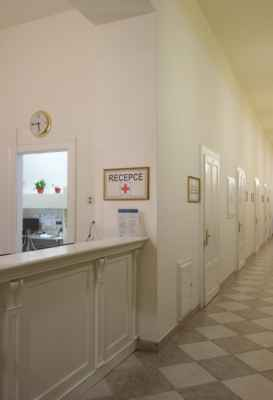 Po příjezdu do lázní se po nezbytných formalitách na recepci nahlásí nástup u lékaře. A ten rozhodne o procedurách.