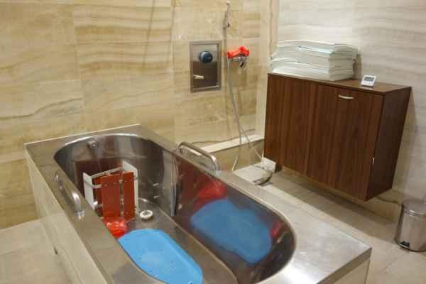 """A tohle je """"radonová vana"""", tedy vana určená pouze ke koupeli v radonové vodě. Voda se napouští až po bradu, ale utopení nehrozí, protože člověk je ve vaně zapřen stoličkou. Posun nehrozí, ani když si člověk trošku zdřímne."""