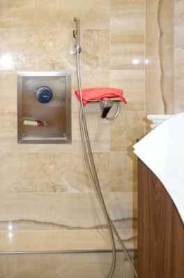 Radonová voda se do vany napouští velkým kohoutem na kovové desce. Klasický kohout se sprchou je určený k mytí vany.