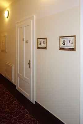 Napravo jsou ordinace terapeutů pro individuální TV, masáže atd.