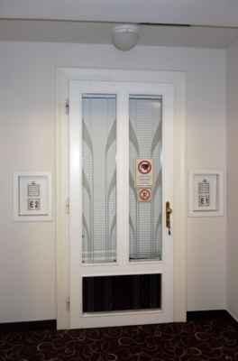 Schránky E1 a E2 vedle dveří jsou výklopné. V kartě je u procedury uvedeno zda E1 nebo E2 a podle toho se karta hodí do schránky. No a pak se počká až sestra zavolá.