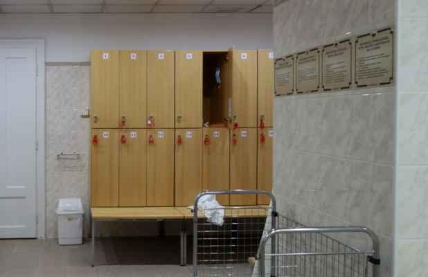 """Šatna - na """"mokré procedury"""" se tady chodí v županu, takže skříňky se moc nevyužívají. Kdo ale chce, může si odložit roušku, desky apod."""