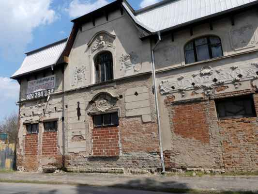 """A hostinec U vodárny úspěšně chátrá dál ... """"... Započatá rekonstrukce budovy byla přerušena památkáři, kteří vyhlásili budovu chráněnou památkou, což paradoxně zabránilo dalším rekonstrukcím."""" http://www.zanikleobce.cz/index.php?obec=26795"""