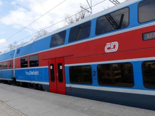 A okruh se uzavírá na zastávce Čelákovice-Jiřina. Zdravím Rajčátka - to zdejší i to z místa, kam jede tenhle vlak :-) A samozřejmě i ta ostatní :-)
