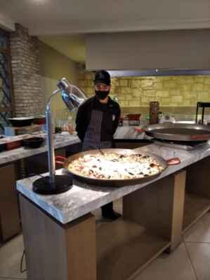 Paella je typické španělské jídlo z rýže, podobné rizotu nebo pilafu. Pochází ze španělského města Valencie. Lidé, kteří ve Španělsku nežijí, paellu obvykle vnímají jako národní jídlo Španělska, ale většina Španělů ji spíše pokládá za regionální pokrm, vyskytující se v oblasti Valencie. Obyvatelé Valencie ji naopak považují za jeden ze svých symbolů. Podobně jako v případě rizota existuje spousta receptů s různými ingrediencemi. Na rozdíl od rizota se však v paelle častěji objevují plody moře, zelenina a koření. Připravuje se na speciální nízké rovné pánvi s uchy zvané paellera a výsledný pokrm je méně lepivý. Paella se poprvé objevila v chudších oblastech na jihu Španělska. Vznikla na rybářských lodích na způsob arroz caldoso; šlo tehdy o jedno z nejchudších jídel pro rybáře. Při přípravě paelly je nejdůležitější přísadou rýže, která se neomývá, jelikož škrob při vaření způsobuje potřebné zahuštění.